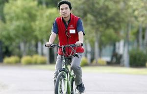 百度CEO李彦宏骑单车参加当天早上的晨会,他也是首位受邀参加该峰会的中国企业家。