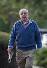 默多克(Murdoch)拿着今晨报纸出席晨会。