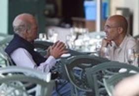 梦工厂CEO杰弗瑞-卡森伯格(Jeffrey  Katzenberg)与私募基金KKR老板克拉维斯(Henry Kravis)(左)探讨。